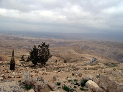 ヨルダンには、モーセが神から授かった「約束の地」を見下ろしながら息を引き取ったという、「ネボ山」があります。モーセとは、ファラオに虐げられたイスラエルの人々を率いて「出エジプト」を果たし、彼らを約束の地カナンへと導いた預言者。実はモーセ自身は、その昔神に背いた罪のせいで、カナンの地へ足を踏み入れることができません…! あこがれ続けた土地を最期に一目見て、息を引き取ったというわけです。というわけでネボ山では、死海やエルサレムを見下ろすその景観が最大のポイントとなります。