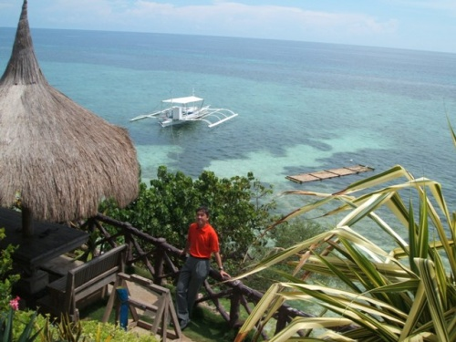 2007年10月、オフシーズンのフィリピンはセブ、ボホール、パングラオ島に行きました。<br /><br />目的は、ビーチリゾートでのダイビング&ボホール島の『チョコレートヒルズ』です。<br /><br />実は、老後を過ごす土地候補No.1でありながら、これまでフィリピン自体、一度も訪れたことがありませんでした。<br /><br />五日間のステイは『ワールドツアープランナーズ』手配で;<br />http://www.wtp.co.jp/renewal/bohol/index.htm<br /><br />ステイは日本人経営のダイビングリゾート『NOVA ビーチリゾート』でした。<br />http://www.bohol.jp/aboutdiving.htm<br /><br />フィリピン有数の大都市セブシティーも見たかったので、あえてボホール直行ではなく、セブ経由で予定を組みました。行きのセブからボホールはスピードボートです。港に行けば、チケットは簡単に入手できました。盗難などのトラブルも全くなく、セブ~ボホールの旅は本当にリラックスできました。<br /><br />滞在先:<br />色々探した中で最も海岸へのアプローチがしやすく、滞在型のリゾートでしかも安価という点が気に行って申し込みました。<br />リゾートの滞在は本当に満足。目の前のビーチダイビングだけなら、全てツアー料金に含まれていますし、帰って来てからもスキンダイビング。ちょっとローカルを楽しみたくて、三輪タクシーを拾って人気のアロナビーチも何度も行きました。価格交渉さえちゃんとしておけば、気分を悪くすることもなく、10分ほどでいけますし、実に良いロケーションでした。