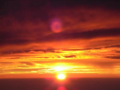 昨年に引き続き、富士登山です。<br />昨年は、泊まりなしのぶっ通し登頂だったので<br />メンバー4人中2人が脱落してしまったので、<br />今回は8.5合目に一泊して全員で登頂することができました!<br /><br />まあるいまあるい金色の光が、遠く雲の中から顔を出して <br />地球に穏やかで暖かな朝を届けに来てくれます。そんな止まったような素敵な時間でした。 <br /><br />太陽のエナジーと暖かさに、自然と涙です。 <br /><br />6:00@吉祥寺 <br />8:20@マイカー駐車場 <br />10:00@5合目ごはん <br />10:30@スタート <br />11:55@6合目 <br />12:52@本6合目 <br />14:32@7号目 <br />16:03@本7合目 <br />17:00@8合目 <br />17:36@本8合目、山小屋「上江戸屋」到着 <br />18:30@カレーライス <br />19:30@消灯 <br />1:00@起床 <br />1:30@再スタート <br />2:00@8.5合目 <br />4:15@登頂 <br />5:00@日の出 <br />5:20@下山 <br />8:40@5合目菊屋 <br /><br />ふいー <br /><br />去年は6合目までが永遠に感じて地獄ー、酸素ないの地獄ー、寝ないの地獄ー、でもご来光最高ー、下山地獄ーな感じで、 <br /><br />(こんな感想なのに、今年も行きたくなるなんてスゴイぜ、富士山。笑) <br /><br />今年はその地獄感を想像してビクビクしてただけに <br /><br />どこもかしこも楽でした。いや、それなりにもちろん辛いんだけど、ね。 <br />去年の倍くらいのスピードで登れたし、しかも辛くなく、遠く感じかなった。 <br /><br />今年は山小屋が一番つらかったな〜。 <br /><br />何せ、ただでさえ酸素が薄くてつらいのに <br /><br />山小屋にギュウギュウに寝かされて、隣の人と肩を乗っけあって酸欠、 <br />山小屋では一日中火をおこしているので酸欠、 <br />寝ていると自然と呼吸が浅くなるから自動的に酸欠、 <br /><br />というわけで、登山中は平気だったわたし、山小屋で寝ている間に高山病。 <br /><br />ビビリました。 <br /><br />頭が痛くて、気持ちが悪い。ゲゲゲー <br /><br />2時間おきに起きて空気吸いに行ったり水を飲んだりトイレに行ったりして <br />なんとか気合いだリカバったけど、山小屋おそるべし。 <br /><br />無事ちゃんと登頂できてよかったなー。 <br /><br />一時は、「去年登ったし、諦めようかなー」と寝ながら何度も <br />葛藤したんだけどやっぱり登ってよかったです、ラブJAPAN。 <br /><br />ご来光、最高。太陽のパワーってすごいにー。ラブ太陽。<br />