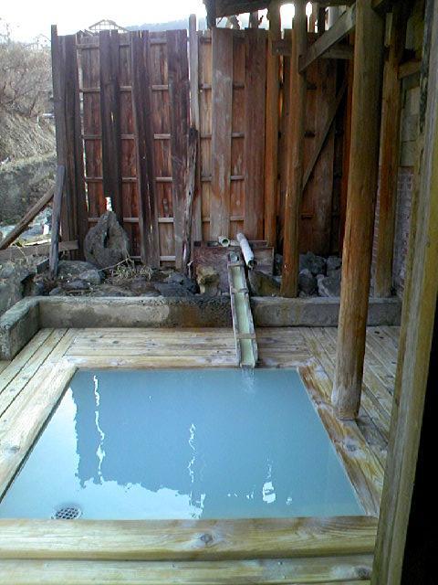 4月に入っても寒い日が続き、こりゃ、温泉にでも入って温まらないとということで、今年も、福島にやってきました。高湯温泉は、3度目となりますが、ようやく念願かなって『ひげの家』に宿泊。岳も昨夏に続き、2回目となりますが、前回、旅行時にエントランスが素敵と思った『喜ら里(きらり)』に宿泊。両方とも源泉かけ流しでお湯自慢の宿です。<br /><br />(追伸)<br />3.11の大震災後、やはり、この宿でも苦心されているようです。放射能については、日々情報が変わるので、風評被害なのか本当にそうなのか実際わかりませんが、こういった宿が廃業することが無いよう、祈るばかりです。↓↓のような支援の輪も広がっているようですので、何かできることがあれば、やっていきたいですね。<br />http://save-ryokan.net/