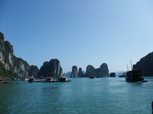 <br />上海で、アジアは近くてスバラシイと。<br />ようやく気づいたので。<br /><br />さっそく。<br />ベトナムとカンボジアに<br />行ってきましたー♪<br /><br /><br />ムダな時間は、ございません。<br /><br /><br />人生、行き急がなくては★<br /><br /><br />アジアはどこがいいかな?って。<br />考えたときに、思い立ったのはやはり。<br />アンコールワット!!<br /><br /><br />地球の宝物のあの遺跡ですね!!<br /><br /><br /><br />と、いうわけで。<br />せっかくなので、ベトナムの<br />ハロン湾もセットして行ってきましたー♪♪♪<br /><br /><br />乾季でいい時期に行ったせいか。<br />ハロン湾はキラッキラ☆していて<br />気候もちょーしよく。<br /><br />なんとなく、ベトナムの勢いを<br />感じましたー!!<br /><br /><br /><br />まずは、ベトナムのハロン湾編からスタート★<br /><br /><br /><br /><br /><br /><br />