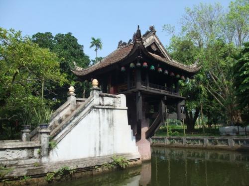 ベトナム2日目は。<br />首都、ハノイを観光★<br /><br /><br />と、言っても。<br />午後には、カンボジアに向かうため<br />午前中のみの観光です。<br /><br /><br />それにしても。<br /><br /><br />昨日は。<br />ハロン湾のきもちいい風に<br />揺られて、ごきげんるんるんでしたが。<br /><br />風のないベトナムは、暑い。。。<br /><br /><br />汗と紫外線に格闘しすぎて。<br />ハノイの街はあまり記憶がない。。。<br /><br /><br /><br />それでも。<br /><br /><br />最後は。<br />時間があまったので<br />フットマッサージにも出かけて。<br /><br />ベトナムをさよならしましたー♪♪♪<br /><br /><br />そんな、やっぱり首都は暑かった。。。<br />ハノイ、観光編。<br /><br />スタート★<br /><br />