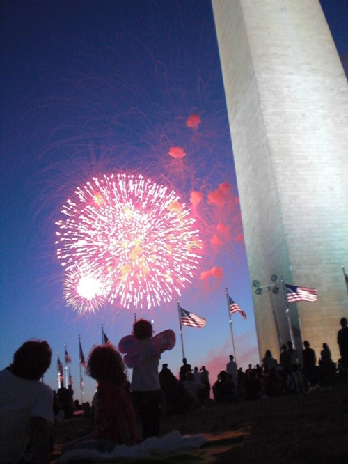 7月4日(日)アメリカは独立記念日でした。ワシントンDCのナショナルモールではパレードや演奏や花火がありました。パレードなどはおそらくほかのイベントと変わらないだろうということで、花火だけを見てきました。<br /> 夕方6時 ワシントンモニュメントの側からセキュリティチェックを受けてナショナルモール内に入りました。この日のセキュリティチェックはたいしたものではなく、ナイフなどの危険物やガラス製のものを何か持っていないかというだけでした。<br /> 日陰で待つこと約3時間弱。ようやく暗くなってきて、ゴットブレスアメリカの歌が聞こえてきました。それから10分ほどして花火が始まりました。一番いい席は第二次世界大戦記念碑からみて記念塔の前ですが、記念塔の後ろからでも写真の様にとてもよく見えました。<br /> 花火が始まって30分ほど。花火はフィナーレを向かえた模様で、これでもかこれでもかという感じで花火が連発されました。もうイメージは暴発の域です。隣のグループもこれに盛り上がったらしく、「USA,USA」と連呼していてアメリカではこの様な花火が盛り上がるんだなと感じました。<br />