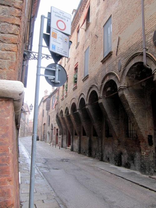 カステッロ・エステンセの見学後、中世の雰囲気を漂わせる サボラローナ通りを スキファノイア宮殿へと歩きます。<br /><br /><br />