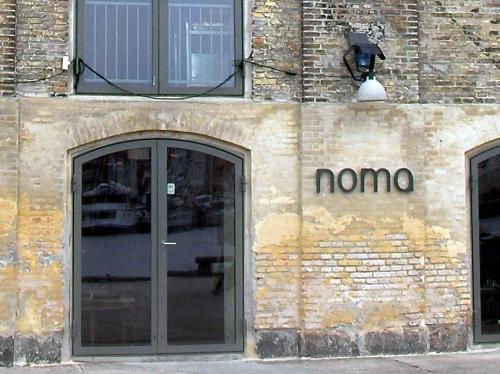 ★2012年もおめでとう!首位3連覇★<br />2012.04.30<br />「サンペレグリノ世界のベストレストラン50」ロンドンの式典で<br />今年も1位に輝いたという「NOMA」!!<br />Marvelous! なんて素晴らしいことでしょう!<br /><br /><br />以下は2010年の4月にコペンハーゲンの旅行で<br />ディナーを楽しんだ際の旅行記です。<br />一部ピントが合ってない写真もありますが、ご容赦くださいませ。<br /><br />また、この旅行記にたくさんの方がアクセスしていただき<br />ありがとうございます。感謝して「NOMA」の3連覇を<br />心からお祝いしたいと思っています。<br /><br />---------------------------------------------------<br /><br />デンマーク、いつかいってみたいな~と思いながらも<br />なかなか日程がとれず、<br />今回、仏はノルマンディーに行くためのエアーをSASにして<br />2日間コペンハーゲンに立ち寄ることに!<br /><br />はじめてのデンマーク。<br />今後コペンハーゲンにいくことがないかもしれないから・・・と<br />世界的にも有名で<br />予約が取難いといわれているレストラン「NOMA」をエアーをとった直後に予約して・・・食事を楽しんだのが2010年4月28日<br /><br />帰国して、な・なんと!!!<br />★★★★★★★★★★★★★★★★★★★★★★★★★★★★★★<br /><br />「The World's 50 Best Restaurant Awards (2010)」第1位!!<br />(ロンドン発、2010年4月26日発表)<br /><br />★★★★★★★★★★★★★★★★★★★★★★★★★★★★★★<br />1位に輝いているではないですか-----!(知らなかったよぉ~~~っ)<br /><br /><br />予約時点では世界ランキング第3位、<br />2位を飛び越え1位に輝いていたなんて~~~!興奮興奮!<br /><br />1位の発表があったその2日後、<br />28日の食事の時にスタッフと写真をとっていただいたのですが、<br />どのスタッフもそんなことお話されないし・・・<br />「おめでとうございます」の一言もなしで帰ってしまいましたよ~~~。と、心残り~~~。<br /><br />このレストランが世界で認められるレストランだったのか~~と。<br />あらためて、レストランでの感動の余韻にひたる毎日。<br /><br />あまりの感動のため<br />まだまだ旅行記にするには、<br />感動の余韻が冷めてから・・・と思っていましたが、<br />すばらしいレストラン「NOMA」と<br />コペンハーゲンつながりで、すばらしい運をつかんだ友人V(日本人)のために、<br />祝福の意をこめまして、<br /><br />そしてこれからコパンハーゲンのご旅行を予定される皆様のご参考として<br /><br />他の旅行記よりお先にアップさせていただきま~す!<br /><br />さてさて、ここからは写真だけでは<br />お届けできないと充分承知しておりますが<br />世界の一押しレストラン「NOMA」の世界へ・・・<br /><br /><br /><br /><br /><br /><br /><br /><br />