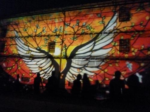 2010年の夏 白壁に光の切り絵 高知県佐川町「酒蔵ロード劇場2010」