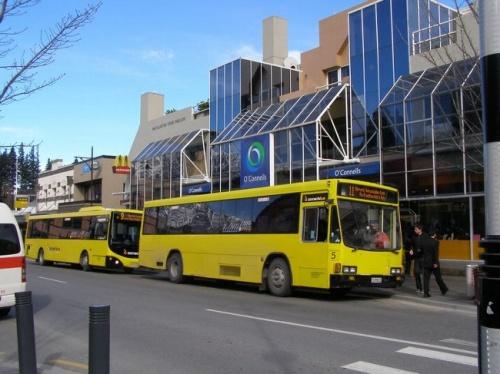 クイーンズタウンのタウンバスとして親しまれているコネクタバス(ConnectaBus)http://www.connectabus.co.nz/の路線が先月7月14日から拡大されています。それに伴いクイーンズタウンの町周辺のバス停がかなり増えました。<br /><br /> このコネクタバスはこれまで民間の会社による運営がされていたのをクイーンズタウンの人口も増えてきていることから自治体の援助も加えられて半分公共バス路線へと変わっています。<br /><br /> この路線拡大は実際海外からの観光客にはあまり役立たないクイーンズタウン郊外の住宅地が主に結ばれるようになっていますが、旅行者もクイーンズタウン飛行場への足として、またアロータウンへの観光の足として良く利用されるでしょう。<br /><br /> これまで路線上のバス停が非常に分かりにくかったし、少なかったのがこの変更に伴いちゃんとバス停らしいものが新設され、その数も増えました。日本からの旅行者にもこれから利用されそうなバス停はアロータウンまでの路線上にレイクヘイズやレストランも併設されて人気のアミスフィールド(AmisfieldWinery)ワイナリーhttp://www.amisfield.co.nz/に訪れることが出来るバス停が出来上がっています。<br /><br /> そのアロータウンへの路線は今回の路線拡大に伴い少し不便になりました。便数は増えていますが、クイーンズタウンからアロータウンへの往復は途中のフランクトンバスシェルター(FranktonBusShelter)と言うハブとなる停留所でバスを乗り換えなければなりません。<br /> またバス停がしっかり設置されたことによりその時刻表にもしっかりとホテルなどの名前がバス停として使われ、クイーンズタウン飛行場からその宿泊場所に初めて訪れる場合や逆にクイーンズタウン飛行場に向かう場合には旅行者、観光客にも分かりやすくなったと思われます。ちなみにクイーンズタウンの町の中心からクイーンズタウン飛行場までの片道大人料金はこれまでと変更無くNZ$6です。<br /><br /> コネクタバスバス停となるホテルなどの宿泊場所<br /><br /> クイーンズタウン飛行場からクイーンズタウン中心までの路線(R11)上=シャーウッドマナー、ゴールドリッジ(SherwoodManor、GoldRidgeHotel)、リースアパート(ReesApartments)、オークスショアー(OaksShores)、キングスゲートホテル(KingsgateHotel)、コプソーン、ミレニアムホテル(Copthorne、MilleniumHotel)<br /><br /> クイーンズタウン中心からファーンヒル路線(R9)上=クラウンプラザ(CrownePlaza)、リッジズホテル(RydgesHotel)、ユースホステルレイクフロント(YHA Lakefront)、ヘリテージリゾート(HeritageResort)、メキュアーリゾート(MercureResort)、アスペンクイーンズタウン(AspenQueenstown)<br />