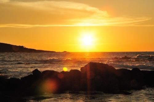 早朝に大阪を出発し途中大野で観光して目的地付近の東尋坊には11時頃到着。東尋坊を観光し休暇村越前三国へ(チェックイン14時)。さすがに暑さと平日と言うことも有り私達夫婦の他は一組のみ。テントを設営し夕陽を撮影に越前松島水族館の駐車場へ。そこから若狭湾に沈む夕陽の撮影をした。<br />撮影後は休暇村のお風呂へ。露天風呂があり夕焼けを眺めながらゆっくりと温泉に浸かった。<br />夜は殆ど貸切状態のキャンプ場で一夜を明かした。<br /><br />翌日は買出しついでに周辺をドライブ。越前海岸のめぼしい観光スポットをほぼ周った。この日も海に沈む夕陽を撮影した。<br />さすがに暑いとはいえ土曜日、他にも数組の宿泊があったが本当に空いていた。<br /><br />翌日は朝から撤収準備。昼前に出発。越前海岸の新鮮な魚を食べて越前海岸を後にした。<br /><br />越前夏キャンプ−2では越前海岸の景色とキャンプの様子をUPします。