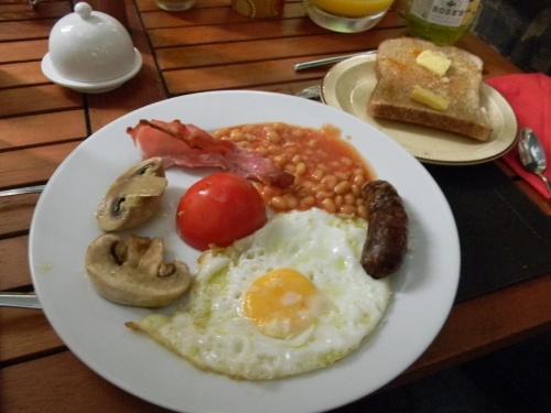 画像がなんと100枚以上の、B級グルメ日記です☆<br /><br /><br /><br />サンパウロ在住がかなり長いワタクシ、こちらでは食べられないエスニック料理、及び、英国庶民料理を楽しみに、ロンドンへ参りました。<br /><br /><br /><br />結局、感想はというと、<br /><br /><br />スパイス強い~~!<br /><br /><br />でした。<br /><br /><br />味付けの濃さがハンパないです。<br /><br /><br />昼食にエスニックを食し、毎晩チャイナタウンへ駆け込む・・・の繰り返しでした・・・。(汗<br /><br /><br />こちらもどうぞ。<br /><br />*ロンドン市内散策編<br />http://4travel.jp/traveler/ricarin/album/10493790/<br /><br />*アビーロード編<br />http://4travel.jp/traveler/ricarin/album/10494926/<br /><br />*ウィンザー城編<br />http://4travel.jp/traveler/ricarin/album/10493859/<br /><br />*大英博物館<br />http://4travel.jp/traveler/ricarin/album/10494915/<br /><br />*ストーンヘンジ・バース・コッツウォルズ・ストラットフォードアボンエイボンバス旅行編<br />http://4travel.jp/traveler/ricarin/album/10493826/<br /><br />*マダムタッソー・ロンドンアイ・ロンドン塔・ロンドン橋編<br />http://4travel.jp/traveler/ricarin/album/10493858/<br /><br />*ロンドン公園リス攻略法<br />http://4travel.jp/traveler/ricarin/album/10493871/<br /><br />*バッキンガム宮殿・ハロッズ編<br />http://4travel.jp/traveler/ricarin/album/10493809/<br /><br />*行き・ホテル編<br />http://4travel.jp/traveler/ricarin/album/10493770/
