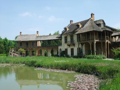 パリ2日目は、ヴェルサイユへ小旅行。<br />映画「マリー・アントワネット」を観てから<br />どうしてもヴェルサイユ宮殿に行ってみたかったのです。<br /><br />豪華な宮殿内も良かったけど、とにかく広大な<br />ヴェルサイユ宮殿の庭園に感動!<br />そして王妃の村里(Queen's Hamlet)と呼ばれる<br />マリー・アントワネットが田舎の様子を再現したところに<br />感激★<br /><br />やぎ、牛、ロバ、にわとり等動物もたくさん♪<br />とても楽しい場所でした。