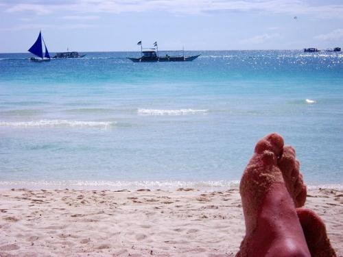 唐突に青い空と青い海に囲まれたくなって行ってきた<br />手持ちの金は少ないけど行ってきた<br />貧乏旅行でボラカイに行ってきた<br />青い空と青い海、白い砂浜で ほげ〜っとしたかったんです<br />他の皆さんの様な旅行記ではありませんが、お金なくてもボラカイは楽しかった<br />高級ホテルじゃなくて快適じゃなかったかもしれないがぐっすり寝れた<br />高いお店でご飯食べれなかったけど美味しくってお腹いっぱいで幸せだった<br />おしゃれな店でお酒飲まなかったけど浜辺で飲むサンミゲルビールは最高に美味しかった<br />青い空と青い海、ホワイトビーチは貧富に関係なく美しかったw<br />ボラカイ最高 また行きたい 何度でも行きたい場所ができました<br /><br /><br />滞在時のレート:<br />マニラのホテル5.0 マニラ市内5.2 ボラカイ島4.8<br />VISAカードでキャッシング5,000ペソ=10,230円<br /><br /><br />ペソ×2倍で概ねの日本円です 非常にわかりやすい現在のペソ<br />フィリピン人の給料は月10,000ペソぐらいだそうです。フィリピンの大統領でさえ月P95,000=190,000円です 日本人はお金持ちですねw<br />一日働いてP400の収入の国です。日本から比べれば物価は格安ですが現地人から見たら物価は高いようです。<br />貧乏旅行の私は滞在中 ペソ価格×10倍で価値判基準にしてしていました <br />