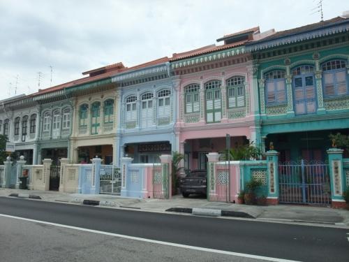 夏休みが無かったので、<br />秋の連休にシンガポールへ★<br /><br />タイかシンガポールか迷ったけど<br />スターアライアンスでマイルを貯めていて<br />たまたまANAのシンガポール行きが安かった、<br />そしてある程度遠いのでマイルも貯まるということで<br />シンガポールに決定。<br /><br />シンガポールはまだ大学生だった<br />1998年にも一度行ったことがあるのですが<br /><br />その時の印象は<br />「自宅(東京)の周りと似ていてキレイすぎて<br />何だかつまらない」と思ってしまい<br />二度と行くとは思わなかったのです。<br />(その時は半日ツアーに参加)<br /><br />でもちゃんと自分で見てみたシンガポール、<br />楽しい!!<br /><br />アラブもインドもチャイナもあるし<br />美味しい食べ物もたくさん!<br />アジアだから物価も安いし♪<br /><br />アジアなのにモノ売りが来ないのも快適♪<br /><br />そしてシンガポールの女の子(女性)、<br />とにかく美脚が多い!<br />年中夏だからショートパンツの子が多いけど<br />みんな脚も長いし見とれるほど本当にキレイで感動!<br />注)私も女性です、変な意味では無いです・・・<br /><br />2回目の訪問でシンガポール大好きに<br />なってしまいました★<br />飛行機代安いしまた行こう♪♪