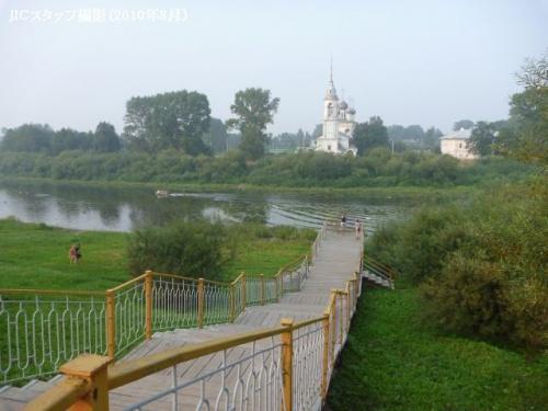 現在ロシアには、モスクワ、ペテルブルグという大都会、2014年冬オリンピック予定のソチ、黄金の輪のヴラジーミル、スズダリなどがあり、結構日本の旅行客の注目を集めていますが、そんなに有名ではないボーログダという町についてお話したいと思います。<br /><br />一般的なロシア人でもボーログダをあまり知らない人が多いですが、ロシアの昔の町の様子を見てみたいと考えている方にはお勧めです。8月のはじめにJICモスクワ事務所の相澤・ジーマの2人でボーログダに行ってきました。モスクワから北西に約500kmに位置する「ルースキー・セービエル」(北ロシア地方)の代表的な町です。森林が多く、モスクワより寒く、人口も少ないですが、昔の伝統と習慣はしっかりと保存されています。<br /><br />例えば、その地方の村に行ってみると、手織物をする人たちが多いです。自然もとても綺麗です。ひとつ面白い話があります。モスクワに住んでいる方はご存知かもしれませんが、モスクワでも「ボロゴーツコエ・バター」(ボーログダ・バター)が売られています。他のロシア製バターより美味いです。ボーログダの近くにシェクスナ川があり、シェクスナの岸には氾濫原がたくさんあります。昔からその氾濫原で草を食べる牛の牛乳はとてもおいしい事が知られていました。その結果、もちろん、バターがおいしいのです。<br /><br />ボーログダ州は結構広いですが、人口は少ないです。森林が多く、広さは約14万4千平方キロ(北海道のほぼ2倍)で人口は120万人程(札幌の3分の1)です。モスクワから夜行列車で行けます。夕方ヤロスラフスキー駅から出発し、早朝ボーログダに着き、バスでボーログダ州の興味深い2箇所まで行きました。1つ目はキリル・ベロゼルスキー修道院です。ボーログダから120km、バスで2時間ぐらいです。修道院はシベルスコエ湖の畔にあります。もう1つは、その近くにあるフェラポントフ修道院です。<br /><br />両方とも14世紀に創立されました。魅力はイコンとフレスコです。フェラポントフには、ディオニシーというモスクワの有名なイコン画家にフレスコがつけられており、2000年に世界遺産に指定されました。修道院の前にも湖があり、今年の夏は異常に暑かったため、そこで水浴びをしました。ボーログダに戻り、列車が出発するまでしばらく町を散歩しました。とても散歩しやすく、木造の建物ばかりの町でした。70年代のソ連には、ボーログダについて有名な歌がありました。<br /><br />「黒い目の私の愛人はどこでしょう?ボーログダにいますよ。綺麗に彫られている柵の家に・・・」。<br /><br />その彫られている柵をみてみると、ボーログダに誰かの愛人である、自分の運命を待っている美人はいるでしょう・・・と 感激しました。<br /><br />最後に、ボーログダの中心にあるクレムリンを見ました。モスクワのクレムリンよりもちろん小さいですが、とても美しいです。ボーログダを出発したとき、ロシア人である私の心は、初めて行ってもあの町とつながりを感じ、必ず戻りたいと思いました。冬が近いので、ロシアのサンタクロースが住んでいるボーログダ州のベリーキー・ウースチュグにも行ってみたいと思います。<br /><br />http://www.jic-web.co.jp/mow/index.html#letter