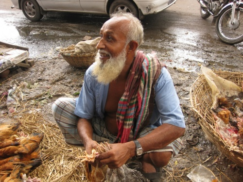 「ちょっと立ち止まると珍しがって人がすぐに集まる」<br />ほんとその通りでした。<br />ご飯があんまり‥。<br />でも人の親切度が強かった。<br />親切な人が多いって意味ではなく。<br />親切な人のとことんな親切さ。<br /><br />あと田舎の町の人達はにこやかだった。<br /><br />ダッカでも雨が降ったら移動できなかった。<br />国境の近くの町ジョソールは、何もないがのんびりしていてよかった。