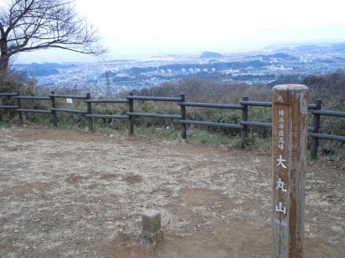 鎌倉の建長寺から瑞泉寺に至る天園ハイキングコースの天園茶屋から分岐して横浜市の最高峰「大丸山」を経て電波塔が立ち並ぶ円海山、そして根岸線の港南台に至るハイキングコースを歩きました。<br />天園ハイキングコースを建長寺や明月院から瑞泉寺や獅子舞谷まで歩いたことは幾度となくあるのですが、横浜市の円海山までのコースは今回初めて歩いてみました。<br />港南台から鎌倉までのトレイルランニング大会のボランティア・スタッフをしたことがあるので、選手がどんなコースを走ったのか視察をしてみようと思いました。<br />展望にも恵まれ、美しい樹木で、気軽に楽しめる充実したコースです。トレイルランニングで走って駆け抜けるばかりではなく、ゆっくり歩いて散策するのも楽しいコースです。