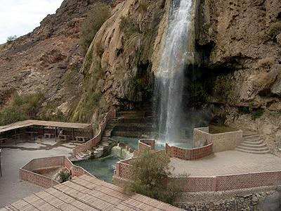 ヨルダンには、「ハママート・マイン」という有名な温泉保養地があります。山間に突如とあらわれるこじんまりとした場所ですが、豪快な滝が流れ、温泉の湯気がゆらゆらと、ちょっとした景勝地でもあるのです。そしてここにはなんと、今や世界のスパ・リゾートのトップブランドであるシックスセンス・グループのホテル「エヴァソン・マイン」が!ぜひ1泊して行きたいところなのです。
