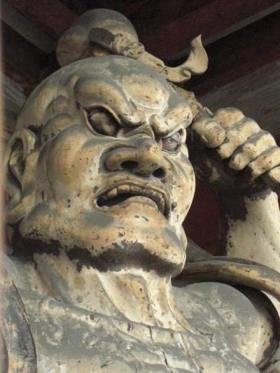 年明けから仕事で忙殺された1月。<br />インフルエンザで一人また一人と倒れていった2月。<br />サバイバルな毎日にそろそろ癒しが欲しくなってきた…。<br />やっぱり癒しといったら寺だな、寺!<br />寺なら京都だっ!仏像見るぞぉ〜!<br />しかし風邪っぴきの旦那様と仕事で脳ミソがやられている私がうまいこと下調べできるはずもなく。<br />なんとなく仁和寺に行ってみたらご本尊は秘仏でお会いできませんですた…。<br />代わりに寒さに耐える御室桜の枝で満開の桜を激しく妄想。<br />そんなお寺めぐりと嵐山でぶらり京さんぽ。<br />「火サスっぽい渡月橋」も見れたから、まぁいいや。<br />ゆるい京都の一日、よかったらご覧くださいませ。<br /><br /><br />【お役立ちサイト】<br />・京つけもの西利 http://web.kyoto-inet.or.jp/org/nishiri/<br />・仁和寺 http://www.ninnaji.or.jp/
