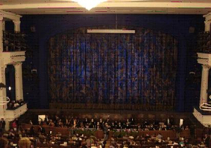 ロシアの顔はボリショイ劇場ですが、モスクヴィッチ(モスクワっ子)達がいちばん愛着を感じているバレエ・オペラ劇場といえばここでしょう。<br /><br />スタニスラフスキー&ネミロヴィッチ=ダンチェンコ記念モスクワ音楽劇場<br /><br /> なが〜い名前ですが、これまで30年にわたり来日公演をし、日本ではダンチェンコ劇場として親しまれてきました。ここ数年の間、改修工事にて閉鎖、その間火災に見舞われたりと、必要以上に工事に時間がかかってしまったものの、この度美しく生まれ変わりました!<br /><br /> 9月2日、3日はそのリニューアル記念コンサートがモスクワの日(今年で建都859年)にあたり、ルシュコフ市長他著名人、各国大使参列のもと、メインイベントとして盛大に行われました。<br /><br /> 舞台装置等すべての工事が終わるのは10月いっぱいくらいまでかかるため、本格的な大道具を伴う公演は11月くらいからになりそうだとのことですが、今年の冬はこちらでも楽しめそうです。<br /><br /> バレエは観たいけど、ボリショイは高すぎると思っているあなた、ダンチェンコで本物のロシアバレエを見てみませんか。<br /><br />http://www.jic-web.co.jp/study/jclub/info.html