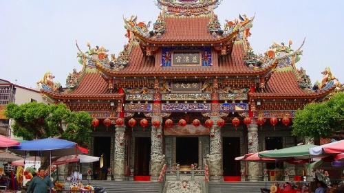 龍虎塔の観光は自由時間内に終わり、時間があったので正面にある保生大帝が祀られている慈済宮も序でに見て来ました。<br /><br />写真は慈済宮の建物。