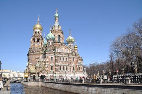 ネフスキー大通りは大ネヴァ川からモスクワホテルまで4.5kmのサンクトペテルブルグのメインストリート。 通りの周りには数え切れないくらいのレストラン、カフェ、お店、ホテルが立ち並んでいます。 ちょっと横道に入るとサンクトペテルブルグの観光の名所も沢山あり、観光客と地元の人で賑わっています。 所々で工事が行われていて、発展しつずける街のエネルギーを感じます。 いくつかの川を渡り、橋の袂ではクルーズ船が観光客を待っています。 冬宮よりも高い建物を造ることが禁じられていたので、今でも美しい街並みを保っています。