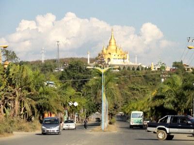 かつて男の桃源郷として名を馳せた、ミャンマーのモンラー。中国政府からもミャンマー政府からも干渉されることなく、「飲む、打つ、買う」が実践できる場所として、多くの中国人と物好きな外国人で賑いました。カジノが閉鎖されて以降、観光客が激減したと聞きます。今のモンラーはどうなっているのか。近くに来たついでに見学してきました。<br /><br /><br />**1元=12.4円で計算。<br /><br />==シリーズ 中国国境のカジノタウン==<br />① 不夜城 ラオカイの過ごし方 (ミャンマー、老街、南傘)<br />http://4travel.jp/traveler/sekai_koryaku/album/10573770/<br />② 桃源郷 モンラーの今 (ミャンマー、打洛) <==<br />http://4travel.jp/traveler/sekai_koryaku/album/10574121/<br />③ 発展途上カジノ ボーテンで途中下車 (ラオス、モーハン) <br />http://4travel.jp/traveler/sekai_koryaku/album/10574274/<br /><br />==カジノ関係==<br />[雲南] 瑞麗の向こう側② 姐告 - スルッとミャンマー裏カジノ<br />http://4travel.jp/traveler/sekai_koryaku/album/10537957/