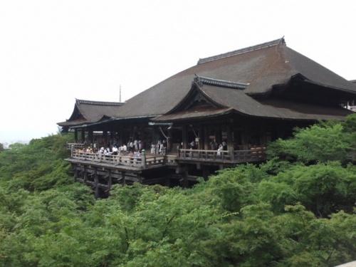 会社が急遽一時帰休となったので、電車で行ける近場の京都へ行きました。<br />日帰りなので目いっぱいは回れませんでしたが、おいしいものを食べ、清水寺で緑に癒され、えんむすびをしてきました。<br />落書き絵と写真ちょろっとですが、どうぞー。<br /><br />