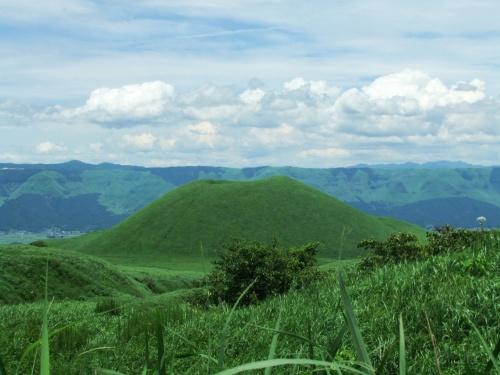 2011.7.7〜7.15の九州旅行。<br /><br />この日は阿蘇山を中心にドライブ。<br />濃い〜い緑の山々、ぶっくぶくの阿蘇山。<br />自然はやっぱり迫力ありますね〜。
