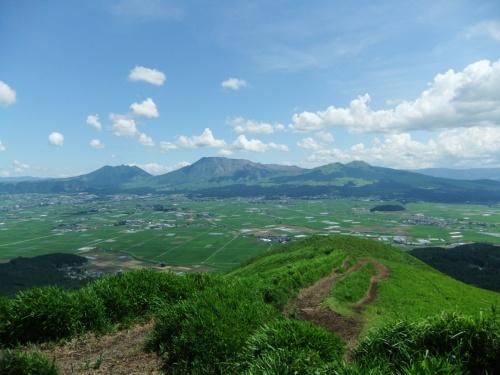 2011.7.7~7.15の九州旅行。<br /><br />この日は阿蘇山ドライブを経て温泉へ。<br /><br /><br />阿蘇のランチは、無農薬野菜を使ったお料理が評判の『オルモ・コッピア』で。<br />人懐っこいにゃんことのふれあいを楽しんだら、阿蘇神社に立ち寄り、そして最高のビュースポット『大観峰』へ。<br /><br />阿蘇の自然を前に大きく深呼吸だ~!
