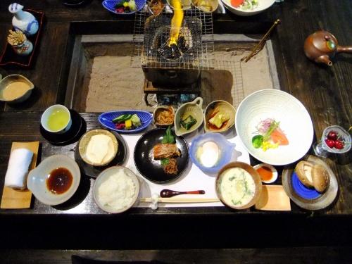 2011.7.7〜7.15の九州旅行。<br /><br />楽しみにしていたお宿『竹ふえ』でのお食事です。<br />創作懐石の晩ごはん、朝ごはんどちらもお部屋の囲炉裏でいただけるのですが、どの品も丁寧なお味で大満足です!