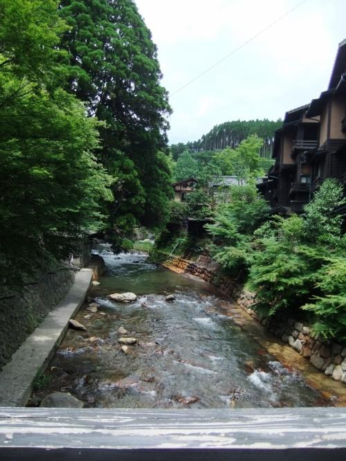 2011.7.7〜7.15の九州旅行。<br /><br />この日は一度は行ってみたかった黒川温泉へ。<br />小さな温泉街だよ〜と聞いてはいたけど、確かにその通り!<br />こじんまりとした雰囲気にぴったりの爆睡にゃんことの出会い、日帰り露天風呂、ナゾの(?)すずめ地獄・・・。<br />滞在時間は短かったけれど、黒川温泉を満喫できました!