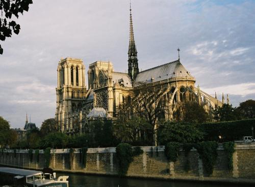 パリの植物園Jardin des Plantes (2017.5.10写真替え)<br /><br />元の旅行記<br />2013フランスの旅 第11回 パリその2 <br />http://4travel.jp/travelogue/10825511<br /><br />    ★   ☆   ★   ☆   ★   ☆   ★   ☆<br /><br />2015年から始まった原油価格の低下にともなって燃料チャージが大幅に下がりました。2016年12月1日~2017年1月31日までの期間、ごく一部の航空会社を除き全世界でゼロでしたが、2月1日から復活して7000円、4~5月(発券日)14000円です。このページの最後にリンク表示。<br /> ────────────────────────<br /> この旅行記は今までに何度も訪れ、旅行記を公開済の「パリの街歩き」を短時間に体験できるように編集したものです。いわゆる「パリの街歩きハイライト」です。<br />日本(成田)発直行便で3泊5日のパリ旅行です。<br />これから行く人のための旅行プランを想定した表現で記述・編集し、大好きな吉田美和の「未来予想図」を真似たタイトルの未来旅行記にしました。<br />写真は数回の旅行がミックスされているので、季節、天候、色調など様々です。個人旅行用の私製パンフレットのようなもので、大手旅行会社や出版社には作れない実体験に基づいたキャプション付き写真が豊富なガイドブックです。<br /><br />製本されたガイドブックと異なり、最新の情報に更新される参考サイトを多数リンクしています。スマホなどのモバイル機器の普及を予測した対応ですが、想像以上の効果に驚いています。<br /><br />非売品ですが旅行会社・航空会社・出版社・twitter/facebookなどがお客・読者・知人・友人にPRしてくれると作者yamada423が喜びます(笑い)<br /><br />☆パリに関心がある人には、具体的な旅行計画を立てる前にバーチャル「パリの街歩き」としてお奨めします。<br /><br />姉妹編「未来旅行記 2.」http://4travel.jp/traveler/810766/album/10596907/を2011.9.3に、また2匹目のドジョウを狙ったロンドン編を2012.5.4に公開しましたが、おかげさまで好評です。<br />ロンドンの街歩き 未来旅行記③<br />http://4travel.jp/traveler/810766/album/10664951/<br /><br />個々の観光箇所の専門的で詳しい説明はミシュランガイドなどのガイドブックをご利用ください。<br /><br />   ────────────────────────<br /><br />基本計画<br />①フライトの1例 (2017.1.10-1.17)<br />エールフランス 成田発パリ往復直行便<br />往路 AF275 成田発11:45 パリCDG着16:30 <br />復路 AF276 パリCDG発13:50 成田着9:15<br /><br />エールフランス 羽田発パリ往復直行便<br />往路 AF293 羽田発0:35 パリCDG着5:30 <br />復路 AF274 パリCDG発23:25 羽田着19:25<br /><br />日本航空 羽田発パリ往復直行便<br />往路 JL45 羽田発10:50 パリCDG着15:35 <br />復路 JL46 パリCDG発19:00 羽田着14:55<br /><br />全日空 羽田発パリ往復直行便<br />往路 NH215 羽田発11:40 パリCDG着16:25 <br />復路 NH216 パリCDG発20:00 羽田着15:55<br /><br />シャルルドゴール空港CDGからパリ市内へはいくつかのルートがあります。<br />・RER(JRのような郊外高速列車)で北駅(2016年1月 10ユーロ)<br />http://parisbytrain.com/paris-rer/<br />http://jams-parisfrance.com/info/accesrer_paris-charles-de-gaulle-en/(RER日本語案内)<br /><br />・エールフランスバス(2016年 車内販売料金)<br />No.2ルート CDG~ポルトマイヨー~凱旋門(片道17/往復29ユーロ)<br />No.4ルート CDG~リヨン駅~モンパルナス駅(17.5/30)<br />http://www.lescarsairfran