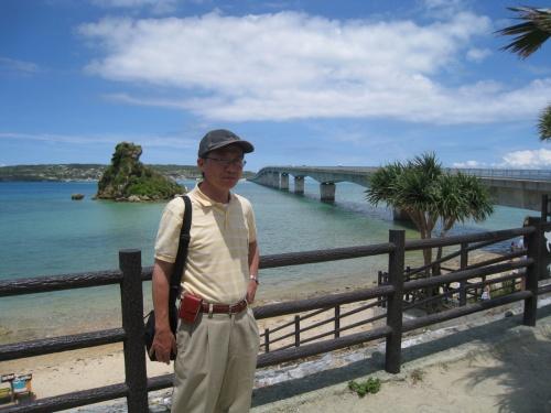 8月20日(土)と21日(日)に沖縄の那覇を起点にして那覇の首里城、国際通りなどを観光した後、レンタカーで南部の「沖縄ワールド」、中部の万座毛、沖縄美ら海水族館、古宇利大橋をドライブして見て回りました。真夏の太陽、青い空と入道雲、そして南国の緑と透き通ったブルーの海、すべてがリゾート気分を満足させるものばかりでした。