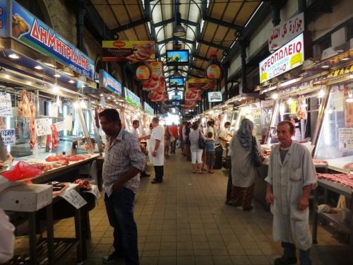 8月7日に成田を出発してアテネ入り。8月19日にアテネを発つ前日、旅の最終日にはお買い物。<br />ブランド物などには興味がないけど、町の人が行くような店をうろうろするのが好きです。<br />アテネの場合は、お土産物屋さんにも楽しいものがありました^^。<br />写真はアテネの中央市場。ここに見えているお店はすべてお肉屋さん^^!