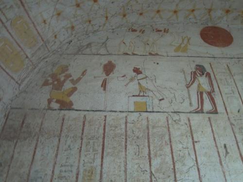 タハルカ王の王墓ピラミッドとクシユ王国の王家の墓を見る。ヌーリ遺跡はタハルカ王や最後のブラック・ファラオのアスペルタ王など21人の王家の墓がある。ピラミッドは30基以上。いまだ美しく色が残っているクッル壁画を見て歩く。