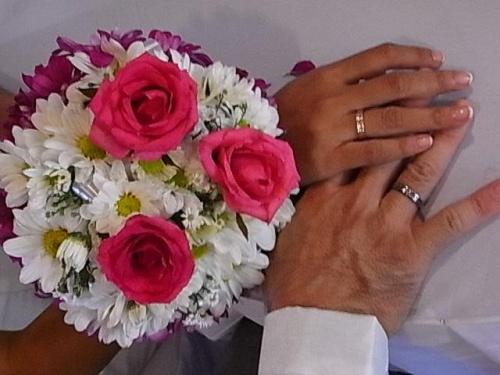 2010年10月にネットで知り合い、11月にマニラで会ったフィリピーナと結婚するため、2011年の3月に彼女の家族に会いに行き、7月にマニラの日本総領事館で「婚姻用件具備証明書(独身証明)」をもらい、ロハス市役所に「婚姻許可証」の申請をしました。<br /> 通常は婚姻許可証の発行までの10日間を現地で待って結婚式を挙げるのですが、私は日本の家族を連れて行きたかったので、9月の3連休に挙式だけの2泊3日で高3の息子とあわただしく渡比しました。<br /> その日に国内線に乗り継ぎするために、成田からフィリピン航空にしました。最初は18才の娘も一緒に行くはずだったので3名で252,420円でしたが、パスポート申請の段階で「やっぱり行きたくない」と。。。(~_~;)<br /> 式場は彼女の住むパナイ島のロハス市のホテルです。そして挙式当日にマニラに戻って2次会をしますので、2泊3日で帰国するには、ロハス空港では便が少なく不可能なので、少し離れたカリボ空港から車移動になりました。<br /> フィリピン航空なら同じターミナル2から国際線と国内線を利用できて乗り継ぎが便利です。<br /> 09/23(金) PR431 成田09:30→マニラ13:10 / PR325 マニラ16:30→カリボ18:00 車でロハスへ、ロハス「ラ・ハシエンダ・グランデ・ホテル」泊<br /> 09/24(土) 11時から挙式 余裕を見て15時にカリボへ向けて車で移動…の予定だったが、何故か13時半には車を呼んでいた。(^^ゞ PR326 カリボ18:00→マニラ19:00 マニラで2次会、マニラ「シティ・ガーデン・スイーツ」泊<br /> 09/25(日) 午前中買い物。PR432 マニラ14:30→成田19:55<br /><br /> 式の費用は、ロハスのホテルのホールでのパーティ(50名)が2万ペソ+豚の丸焼き+ケーキ+ドレス他=8万円(全額私が負担)。マニラの2次会はエルミタ地区のカウボーイグリルマビニ店で30名で約2万円(こちらは会費制)。と、格安でできました。