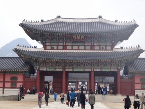 ☆~女子4人旅~☆<br />な・ん・と…全員が、初めての韓国!<br />皆初めてなので、手っ取り早く観光&食事付ツアーを探す。<br />盛りだくさんなN旅行のツアーに、同級生4人で参加決定。<br />ホテルは、明洞エリアで便利と聞いた「ロッテホテル」にする。<br />観光・グルメ・ショッピングと慌ただしく3日間を過ごし、初ソウルを満喫してきましたぁぁぁー♪<br /><br />~旅行日程~<br /><br /><1日目><br />出国 → ロッテ免税店 → 仁寺洞散策(韓国伝統茶) → 景福宮 <br />→ 青瓦台 → 夕食「骨付きカルビ」→ ホテルC/IN → 明洞コスメショッピング → ロッテマート<br /><br /><2日目><br />朝食「あわび粥」→ 水原華城 → 韓国民族村 <br />→ 昼食「石焼きビビンパ」→ 南大門 → 東大門 <br />→ 清渓川 → 北村韓屋村 → 三清洞 ~ 夕食「韓定食」<br />→ ロッテ免税店 → 明洞<br /><br /><3日目><br />朝食「神仙ソルロンタン」→ 明洞 → ロッテ免税店<br />→ 昼食「明洞餃子」→ 足マッサージ → 帰国<br /><br />初めて作成した「旅行記」です!