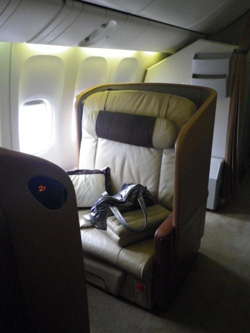 行きはA380のスイートで、帰りは777のファーストクラスです。<br /><br />行き<br />http://4travel.jp/traveler/pigeon/album/10659570/<br /><br />ホテルの送迎で空港に向かい、ターミナル3のファーストクラスチェックインレセプション前で停車。<br />車を降りるとすぐにチェックイン。<br />すぐにイミグレ。<br /><br />その後は、ファーストクラスのラウンジを抜け、ターミナル3にしかないプライベートルームに案内されたので、しっかり食事とシャンパンをいただきました。<br /><br />ファーストクラスはスイートとは全然違いますが、ベッドは個室じゃなくてもぐっすり眠れました。<br /><br />次回は昼間に乗りたいですが、7時間くらいでファーストやスイートを使うのは贅沢ですね。<br /><br />2度目のシンガポールもとても良かったです。<br />大好きになりました。<br /><br />年に1回は来たいな~<br /><br />2012/03/16<br />SQ 11 <br />TOKYO/NARITA - SINGAPORE P 4,968マイル 5,368PP(150%)<br /><br />2012/03/20 <br />SQ 634<br />SINGAPORE - TOKYO/HANEDA P 4,968マイル 5,368PP(150%)<br /><br />これでプレミアムポイントが2万超えました。<br />