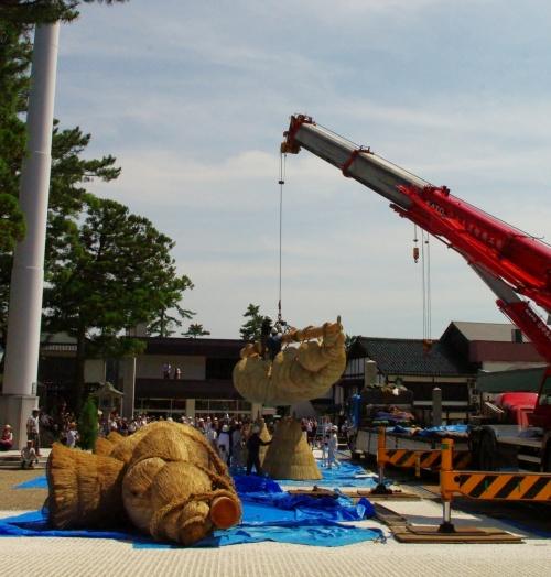 出雲大社と聞いて、真っ先に思い浮かべるのが神楽殿に架かっている日本最大の大しめ縄ではないだろうか?<br />こんな大きなものをどうやって作るのだろう?<br />そんな疑問にお答えするため昨日は飯南町・・、今日は出雲大社に・・と、やって来ました。<br /><br />この大しめ縄は、神楽殿が完成した昭和55年から島根県飯南町の「飯南町注連縄クラブ」に製作を依頼しており、今回のしめ縄は6代目。<br />慎重に作られてきた巨大な2本の縄をクレーンと人力で撚り合わせた大しめ縄を「出雲大社神楽殿」に取り付ける。この最後の大仕事をブログアップすることにより、訪問して下さった皆様方に神聖なしめ縄のご利益をちょっぴりおすそわけします。<br /><br /><br /><br />