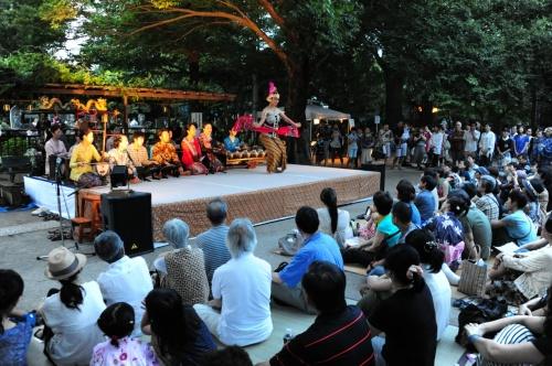 中野区の沼袋。西武新宿線の沼袋駅から徒歩5分ほどの住宅地にある百観音明治寺。毎年7月最終の日曜日に献灯会とジャワガムラン演奏が行われています。今年は夕立もなく、日中の強烈な蒸し暑さも少し和らいで、インドネシアのジャワの夕暮れ時を彷彿させるなかでの開催となりました。<br />お寺の境内に設えられた仮設のステージでジャワガムランのグループ「ランバンサリ」によるガムラン演奏と舞踊が演じられました。<br />6:00法要<br />6:30ガムラン演奏と舞踊(1回目)<br />7:00なつかしい野外映画会<br />8:00ガムラン演奏と舞踊(2回目)<br /><br />※ガムラン演奏と舞踊は1回目・2回目は同じ内容です。<br /><br />同じインドネシアの芸能でもバリ舞踊と違ってゆったりとした感じの舞踊です。真夏に夜に幽玄を味わいました。
