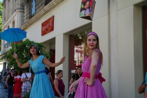 2度目の訪問となったアヴィニョン、なんと演劇祭の真っ最中でした。以前の世界遺産の街は昼・夜関係のないお祭り騒ぎの街へと変貌していました。道端で、ホールで、様々なところで楽しいパフォーマンスを見ることができました。<br /><br /><スケジュール><br /> 7月 6日 ニース<br /> 7月 7日 ロクブリュヌ・カップ・マルタン/シャガールミュージアム(ニース)<br /> 7月 8日 ニースの朝市/ヴィルフランシュ・シュル・メール/アンティーブ<br />★7月 9日 アルル/アヴィニョン<br /> 7月10日 アヴィニョン/リュベロン(ゴルド/ルシヨン/ラコスト/<br />      ボニュー/シミアーヌ・ラ・ロトンド)ソー村<br /> 7月11日 ソー朝市/ソー村ラベンダー畑ハイキング<br />★7月12日 リルシュル・ラ・ソルグ/フォンテーヌ・ド・フォークリューズ/アヴィニョン<br />★7月13日 アヴィニョン/エクス・アン・プロバンス<br /> 7月14日 エクス・アン・プロバンス/ヴァランソル<br /> 7月15日 パリ<br /> 7月16日 ジヴェルニー<br /> 7月17日 シャンパーニュ/ランス<br /> 7月18日 ブルゴーニュ/ヴィズレー<br /> 7月19日 パリ オランジェリー美術館/モンマルトル/オペラ座<br /> 7月20日 帰国