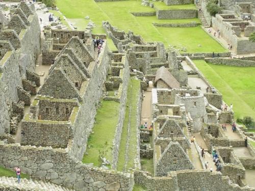 ペルー観光3日目♪-天空都市、マチュピチュ編①-<br /><br />幼い頃、日本の裏側には、人里離れた山奥に、大昔の人々が高度な文明をもって造った神秘の遺跡が眠っていると聞いてから、漠然と憧れていた古代都市、マチュピチュ。<br /><br />大好きなジブリ映画「天空の城ラピュタ」のモデルにもなった都市。<br /><br />こんな遠い異国の地に、まさかこんなに若い時に来ることができるなんて!!<br /><br />ワクワクして、昨夜はあんまり寝れませんでした(笑)<br /><br />マチュピチュまでは、バス、電車、またバス…と遠かったですが、着いたときの感動は言葉では表せません(。p゚ω゚q。)!!!<br /><br />さぁ、素晴らしいマチュピチュを堪能して下さい☆<br /><br /><br /><スケジュール><br />2012年<br />3月8日(木)福岡→成田→(日付変更線)→アトランタ→リマ リマ泊<br />3月9日(金)リマ→ピスコ空港→ナスカ(地上絵)→リマ リマ泊<br />3月10日(土)リマ→クスコ(観光)→ウルバンバ ウルバンバ泊<br />●3月11日(日)ウルバンバ→オリャンタイタンボ駅→マチュピチュ①(観光) マチュピチュ村泊<br />3月12日(月)マチュピチュ②(観光)→オリャンダイダンボ駅→クスコ クスコ泊<br />3月13日(火)クスコ→ラ・ラヤ峠→チチカカ湖(観光) プーノ泊<br />3月14日(水)プーノ→フリアカ空港→リマ(観光)→アトランタ<br />3月15日(木)アトランタ→(日付変更線)→<br />3月16日(金)→成田→福岡<br />