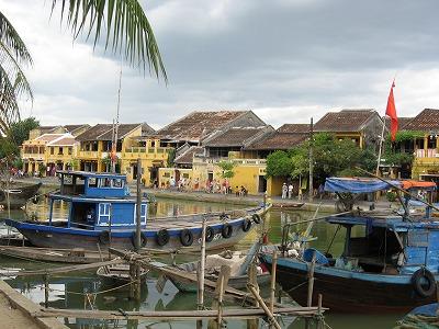 私の好きなテレビ番組「世界ふれあい街歩き」と「恋する雑貨」、両方で取り上げられた国・ベトナムへ3泊5日で行ってきました。<br />まずは「街歩き」で訪れた街・ホイアンへ。<br />お次は「恋する雑貨」で取り上げられたホーチミンへ。<br /><br />短期間の旅なので事前リサーチは充分に!調べれば調べるほどたくさん出てくる魅力あるスポットを、いくつか絞って効率よく回れるようなスケジュールを考えました。でも実際は行ってみないとわからない。さて結果は…<br /><br />旅のはじまりは、以前よりずっと行ってみたかったベトナム中部の古都ホイアンまでの道のりからです。