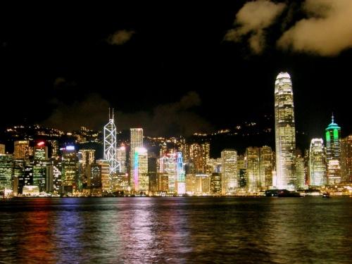<br />香港に8月20日から8月22日の2泊3日と、9月12月から9月15日の<br /><br />3泊4日で続けて行ってきた香港ですが、やはり宿泊先は安かれ高かれ<br /><br />尖沙咀近辺がどこに行くにも便利でしたね!<br /><br />初心者ということで、海外で。。。それも初めての香港で。。。。<br /><br />「MTR(地下鉄)で移動なんて言葉もわからないし自分には無理だよ!」<br /><br />と思っていましたが、それがなんと香港ファンに、そしてMTRファンに!<br /><br />何しろ乗り換えも移動も便利で簡単です!英語も中学校2年生レベルでOK!<br /><br />そこで今回は1回目の渡航で行けなかっった、尖沙咀プロムナードの<br /><br />シンフォニー・オブ・ライツを紹介します。