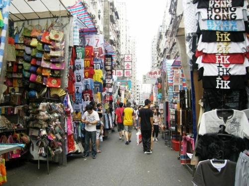 <br />8月20日・9月12日・10月9日<br /><br />そして今回の10月17日からの4回の香港旅行!<br /><br />それで得たものは?この女人街&男人街の<br /><br />買い物のコツとMTRの地下鉄に乗りこなすこと!<br /><br />香港って言う国はお金持ちだな〜って思った!<br /><br />空港からのエアポート・エクスプレスの本数の多さ!<br /><br />早い、空いてる、安い、綺麗で清潔!<br /><br />窓ガラス等は汚れていたが、本数が多く、<br /><br />空いているのでビックリ!<br /><br />佐敦、尖沙咀、尖東駅近辺は、駅ビル曰く<br /><br />多くのホテルが駅ホテルという感じで<br /><br />直ぐ下が地下鉄乗り場で非常に便利!<br /><br />この女人街&男人街も多少は歩くがMTRで<br /><br />誰にでも簡単に行ける!<br /><br />でも女人街の売り子さん達は役者ですよ〜!<br /><br />主演男優賞女優賞ものです!<br /><br />最初の売値は最終価格の3倍から4倍からスタート!<br /><br />そう思って買い物を楽しんで下さい!<br /><br /><br />