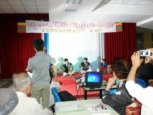2012年9月4日(火)18:00より延辺大学第三食堂にて、高知県平和資料館・草の家(主催)と延辺大学学生との間で交流会が開かれました。<br /><br />「間島パルチザン」の足跡をたどる延辺歴史紀行御一行との交流会は、1931年当時、戦争に反対した高知の詩人・槇村浩(本名 吉田豊道)を歓迎する交流会でした。<br /><br />共催は延辺ふれあいの場、延辺大学、延辺日中文化交流センター、写真は延辺大学側の出し物、サムノリです。<br /><br />当時槇村浩の詩を教材とし、日本語を教えた李成黴先生の話(後記)がとても印象に残りました。<br /><br /><br />2012年秋 「間島」を訪ねる旅<br />1 延辺革命烈士陵、尹東柱縁の地、旧間島日本総領事館跡地 <br />2 延辺大学での交流会 ←当旅行記 <br />3 頭道溝日本領事館跡、薬水洞ソヴェート政府、白頭山