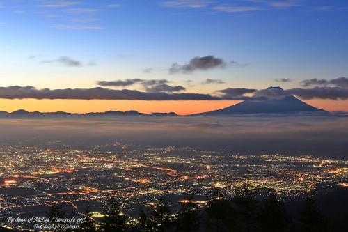富士山と街のライトアップ