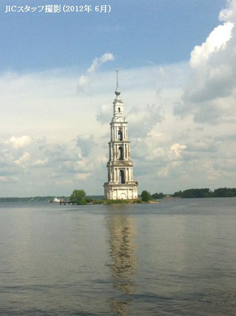 6月12日(「ロシアの日」)の祝日に、カリャージンという町まで日帰り旅行に行ってきました。<br /><br /> カリャージンは、モスクワから北へ190kmのほどのところにあるトヴェリ州の小さな古い町です。人口は約1万3千人。ヴォルガ川右岸に位置します。カリャージンは「トヴェリ州のアトランティス」と呼ばれています。そう、水没した町の一つなのです。<br /><br />「カリャージン」の語源にはいくつかの説がありますが、フイン・ウゴル語で「さかな」(「kola」)を意味するというのが公式の説です。川が近いため、住民の主な職業は漁業だったからです。<br /><br /> カリャージンの町は12世紀に初めて記録に現れました。15世紀にはヴォルガ川左岸に目立つ建築物のカリャージン・至聖三者修道院が建てられました。この修道院は富裕なロシアの修道院の一つでした。イヴァン雷帝、ボリス・ゴドゥノフ、初代ロシア皇帝ピョートルI世などが至聖三者修道院に詣でました。<br /><br /> ヴォルガ川は広大なロシアの主要交通路、貿易路として、町の手工業と商取引の発展に寄与しました。18世紀〜19世紀にカリャージンでは年2回フェアーが行われ、ロシア各地からたくさんの商人が集まりました。また、造船業、鍛冶業が栄えました。<br /><br /> しかし、1939年にスターリンによって、ヴォルガ川にウグリチ水力発電所を建設することが決定されました。ダムの建設工事によってヴォルガ川左岸は水没を余儀なくされました。至聖三者修道院と周辺の住宅は取り壊されましたが、なぜか修道院の鐘楼だけが残されました。なぜ鐘楼が残されたかについては、いくつかの推測があります。一つは、鐘楼がパラシュートのタワーに改装される予定だったという説。二つ目は、ただ取り壊す時間がなかったという説。本当のところは、修道院の鐘楼を灯台として使いたかったようです。この部分でヴォルガ川は激しく湾曲しています。<br /><br /> 数十年にわたって、鐘楼はずっと水の中に立っていたため、1階部分が徐々に破壊されていきました。破壊を防止するために、鐘楼の周りに人工島が作られ、ボートが係留できる船着場が作られました。今では、島を少し散歩し、鐘楼の2階まで登ることができます。鐘楼からの景色はとてもきれいです。<br /><br /> カリャージンの住民たちは、修道院の鐘楼に因み、「私の悲しみを沈めよう」という習慣を考え出しました。紙に自分の悲しみを書いて、小さい粘土製のレンガに入れ、人工島からヴォルガ川に投げたら、悲しみがなくなると言われています。<br /><br /> カリャージンには鐘楼のほかに名所はありません。けれども、毎年多くの観光客がこの町を訪れています。<br /><br />http://www.jic-web.co.jp/mow/index.html#letter