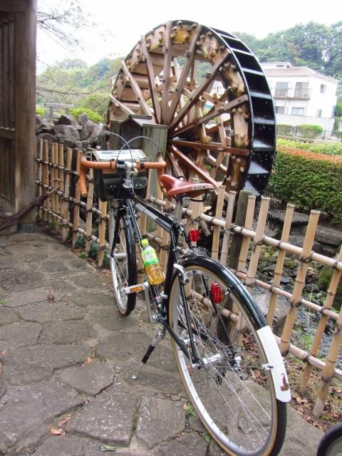 前回のリベンジは塔ノ岳だった。第2弾は自転車。<br />今年の春先、多摩川を上流に向かって走り、調布・三鷹まで行こうとしていたのだが、あいにく天候は下り坂。<br />狛江に入った辺りで引き返してきたのだった。<br />以来、野川沿線ののどかな風景が忘れられず、機会を狙っていたのだ。<br /><br />10月27日、秋の気配は朝夕の空気の冷たさに確実に表れ始めている。<br />天候は曇りのち晴れ。雨の心配は全くない。<br />暑くもなく、絶好のサイクリング日和。<br />多摩川の河口からスタートし、一路上流に向けて走り出した。
