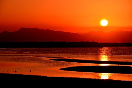 日の入り17:10、天気良し!<br /> 最干潮18:12=127.5?、汐良し!<br /><br /> 夕陽百選に選ばれている真玉海岸へ、夕陽を見に行きました。<br /> 真玉海岸は、夏は海に沈む夕陽を拝むことができる絶景の場所であり、遠浅の海岸に出来る干潟の模様と夕陽が美しい夕暮れを演出します。 また、この日は、国東半島アートプロジェクトの一団と遭遇いたしました。<br /><br /> <br />