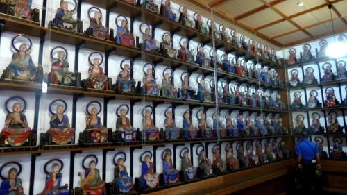 奥の細道を訪ねて第15回30堂内に居並ぶ五百羅漢像と芭蕉塚・全昌寺